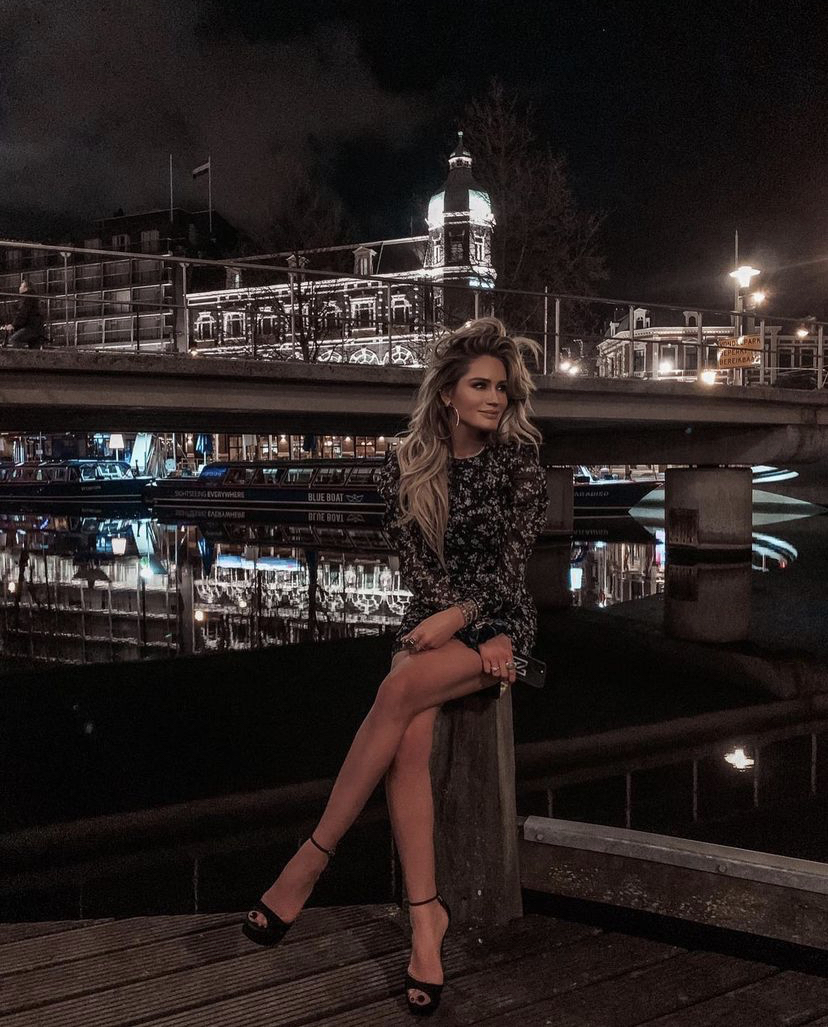 NIKKIE JURK MET RUCHES EN ALL-OVER BLOEMENPRINT RUTHIE DRESS